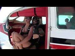 คลิปโป๊ฝรั่งเสี่ยงตาย กระโดดร่มจากเครื่องบินเย็ดกันกลางอากาศ