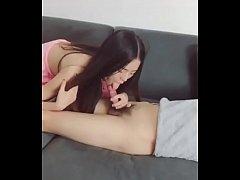 สาวพริตตี้จีนหุ่นxปลุกแฟนมาเย็ดหีขึ้นให้ขย่มควยแฟนหนุ่มจนแฟนหนุ่มต้องตื่นขึ้นมาโยกจนน้ำแตก