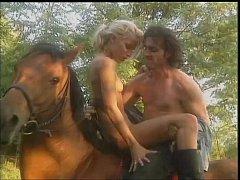 หนังxโป๊ เย็ดกันบนหลังม้า หนุ่มสาวลาตินอเมริกาขี่ม้าเข้าป่าไปแอบเย็ดกันแตกในท่าหมาคาหลังม้า