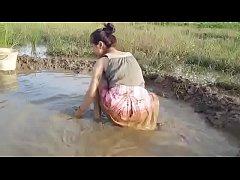 คลิปสยิวสาวมอญบ้านๆ วิดน้ำจับปลากลางนาใส่กระโปรงสั้นหุ่นน่าเย็ดฉิบหาย
