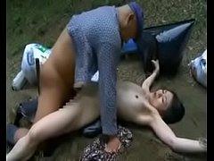 คลิปโป๊JAV สองหนุ่มใหญ่เห็นสาวถูกแก้ผ้ามัดทิ้งไว้ในกองขยะ เลยผลัดกันเย็ดหีจนน้ำแตก