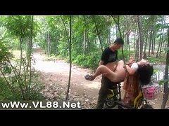 คลิปโป๊ดูฟรี ทหารเวียดนามตั้งกล้องเย็ดหีแฟนสาวในป่าข้างถนนบนท้ายรถจักรยานไฟฟ้า