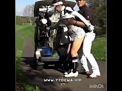 คลิปตั้งกล้องxxxโปรกอล์ฟแอบเย็ดหีสาวแคดดี้ท่าหมาหลังรถกอล์ฟ