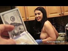 เห็นหุ่นแม่บ้านสาวนมโตอวบเซ็กซี่ ขอซื้อเย็ดซะเลย เปย์ด้วยเงินควยก็เข้าไปอยู่ในหีแล้ว