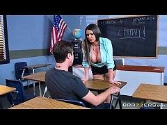 หนุ่มฝรั่งชอบเลย ครูสาวอวบอึ๋มนมโตเปิดนมแก้ผ้าให้เย็ดหีสดๆในห้องเรียนคาชุด