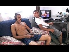หนังโป๊ gay porn แนวครอบครัวพี่น้องแฝดแอบเย็ดกัน นั่งดูxxxแล้วเงี่ยนหำชวนกันซะเลย