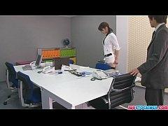 เลขขาสาวญี่ปุ่นแอบเย็ดกับผู้จัดการในออฟฟิศ เอากันบนโต๊ะทำงานอย่างมันส์ ขึ้นโยกควยโคตรเสียว
