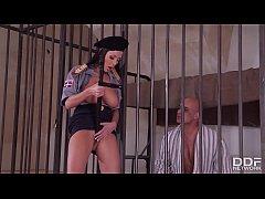 แนวแอบเย็ดในคุก ผู้คุมสาวนมโตแหกหีให้นักโทษยืนเย็ดแล้วเข้าไปเอากันในห้องขัง