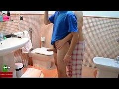 คลิปโป๊ฝรั่ง จัดกันชุดใหญ่แต่เช้าในห้องน้ำ เดินมาจับควยแล้วให้ผัวยืนเย็ดหีท่าหมาจนน้ำแตกใน